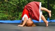 Wer zu viel vor dem Bildschirm sitzt, läuft Gefahr, krank zu werden. Deshalb empfiehlt die WHO für Kleinkinder drei Stunden Bewegung täglich.