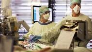 Krankenpfleger behandeln auf der Intensivstation der Uniklinik Aachen einen Covid-19 Patienten.