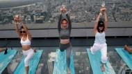 Neue Trendsportart über den Wolken von Bangkok: Wein-Yoga