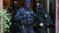 Bundespolizisten bei einer Razzia (Archivbild).