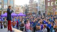 Ende Oktober 2018 steht Damian Boeselager, einer der Gründer der proeuropäischen Partei Volt, in Amsterdam bei einer Kundgebung auf der Bühne