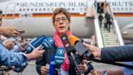 Annegret Kramp-Karrenbauer vor dem Abflug zu ihrer ersten Auslandsreise als Verteidigungsministerin