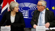 Die britische Premierministerin Theresa May und der Präsident der Europäischen Kommission Jean-Claude Juncker auf einer Pressekonferenz in Straßburg