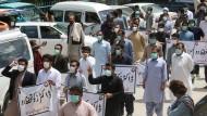 Ärzte protestieren in der pakistanischen Stadt Quetta gegen fehlende Schutzausrüstung im Kampf gegen das Coronavirus.