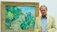 """Götz Adriani in der Ausstellung """"Cézanne, Renoir, Picasso & Co"""" vor Cézannes Bild """"Haus mit rotem Dach, das Anwesen Jas de Bouffan"""", entstanden in den Jahren 1886 bis 1888."""