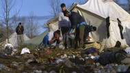 Männer waschen sich vor einem Zelt im Flüchtlingslager Vučjak.