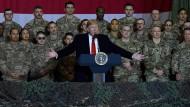 """Donald Trump will den """"endlosen Krieg"""" in Afghanistan beenden. Hier spricht er vor Soldaten auf der Luftwaffenbasis Bagram."""