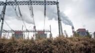 Ein allgegenwärtiger Anblick in der Volksrepublik, wie hier in Shanghai: China baute zuletzt die meisten neuen Kohlekraftwerke der Welt und verzeichnet mehr Emissionen als Europa und Amerika zusammen.