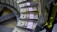 Frisch gedruckte Dollar-Scheine laufen in Washington vom Band.