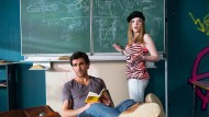 """Garantiert ein Lehrer, der nicht die Mittelschicht repräsentiert - Elyas M'Barek als falscher Pauker in """"Fack ju Göhte""""."""