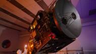 """Die """"Hope""""-Sonde der Vereinigten Arabischen Emirate soll am 9. Februar 2021 in die Marsumlaufbahn einschwenken, hier ein Bild während der Fertigung."""