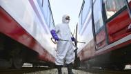 Mit Schutzanzug desinfiziert ein Arbeiter in Pjöngjang einen Straßenbahnwagen