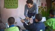 Ein Lehrer in Kairo unterrichtet seine Schüler mithilfe von Laptops.