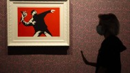 "Das Werk von Banksy, ""Love is in the Air"", in einer Ausstellung in Rom am 7. September 2020"