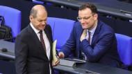 Jens Spahn (CDU) und Olaf Scholz (SPD), haben sich auf eine Erhöhung des Zusatzbetrags in der Krankenversicherung geeinigt.