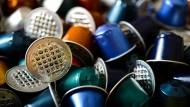 Hunderte gebrauchte Nespresso-Kapseln liegen auf einem Haufen. Ob Plastik, Pappe oder Alu – nach dem Aufreißen landen sie meist direkt im Abfall.