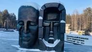 """Im Kugelhagel: Die """"Trauermaske"""" von Ernst Neiswestnyj an der Gedenkstätte für die Opfer des Stalinterrors in Jekaterinburg."""