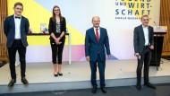 Bundesfinanzminister Olaf Scholz und die drei Preisträger