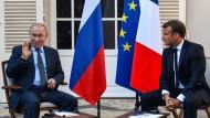 Putin (l) und Macron bei einem Treffen am Montag in der Nähe des französischen Dorfes Bormes-les-Mimosas