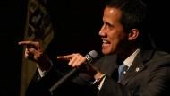 Parlamaentchef Juan Guaidó spricht zu seinen Anhängern.