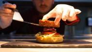 Huhn, Rind, Schwein: Für viele soll der Burger pflanzlich sein.