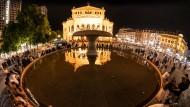 Bald wieder erlaubt: Menschen im Sommer vergangenen Jahres auf dem Frankfurter Opernplatz
