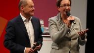 Olaf Scholz (l) und Klara Geywitz, hier auf der SPD-Regionalkonferenz in Hamburg, werden als Favoriten für den nächsten SPD Vorsitz gehandelt.
