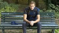 Der russische Oppositionsführer Aleksej Nawalnyj auf einer Parkbank kurz nach seiner Entlassung aus der Berliner Charité im September