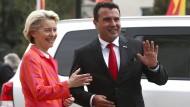 EU-Kommissionspräsidentin Ursula von der Leyen während ihrer Westbalkan-Reise mit dem nordmazedonischen Premierminister Zoran Zaev in Skopfe am 28.9.