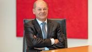 """""""Politiker müssen trotz Unsicherheiten entscheiden und handeln"""": Olaf Scholz im Vorstandssaal des Willy-Brandt-Hauses in Berlin"""