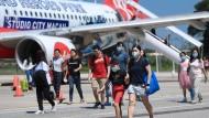 Passagiere in Malaysia tragen als Vorsorgemaßnahme Mundschutz