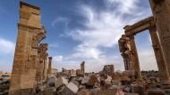 """Am deklarierten Weltkulturerbe lässt sich brutale Entschlossenheit gut demonstrieren: Verwüstungen an den Resten des antiken Palmyra durch Kämpfer des """"Islamischen Staats im Irak und Syrien"""", Frühjahr 2016"""