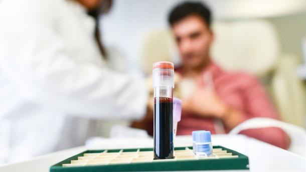 © Uwe Anspach, dpa Am Nationalen Centrum für Tumorerkrankungen (NCT) in Heidelberg wird ein Patient auf die Immuntherapie vorbereitet.