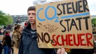 """Student Reyk auf einer Demonstration der Klimaschutzbewegung """"Fridays for Future"""" in Berlin"""