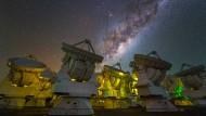 Das aus 66 Einzelteleskopen bestehende Alma-Interferometer in Chile liefert empfindliche und detailreiche Beobachtungen des frühen Universums.