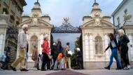Passanten vor dem Tor zum Campus der Warschauer Universität