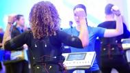 Training mit EMS-Anzug bei der Fitnessmesse Fibo in Köln