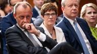 Annegret Kramp-Karrenbauer (m) sitzt neben Friedrich Merz (l) bei der Konferenz der Atlantikbrücke und des American Council on Germany in Berlin.