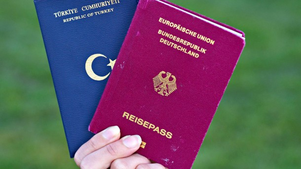 © dpa Türkischer und deutscher Pass: Die CDU war immer dafür, dass man sich entscheidet