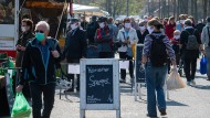 Dresden: Visitors wear protective masks at the weekly market in the city center