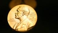 Dotiert sind die Nobelpreise in diesem Jahr pro Kategorie mit zehn Millionen schwedischen Kronen, was umgerechnet rund 950.000 Euro entspricht.