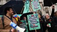 Klimaaktivisten feiern die Entscheidung der Richter vor dem Gerichtsgebäude in London.