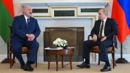 Der belarussische Diktator Alexandr Lukaschenko und Russlands Präsident Wladimir Putin am 13. Juli in Sankt Petersburg
