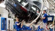 VW-Mitarbeiter im Werk in Wolfsburg