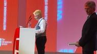 Unerwarteter Besuch beim Jahresempfang des Bundesverbands mittelständische Wirtschaft in Berlin: Aktivistin und Siemens-Chef Joe Kaeser