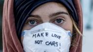 """""""Make Love Not Cars"""": Demonstrantin vor der Frankfurter Messe während der IAA 2019. Die medienwirksamen Proteste haben der Autolobby zugesetzt."""