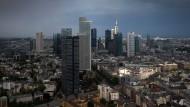 Die Bankentürme von Frankfurt: Die Geldpolitik der EZB gilt für alle Banken in der Eurozone, von denen sich nicht wenige besser schlagen als die Commerzbank.