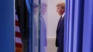 Der amerikanische Präsident Donald Trump auf dem Weg zu einem Corona-Briefing im Weißen Haus