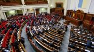 Abgeordnete während einer Sitzung im ukrainischen Parlament in Kiew (Archiv)