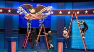 Die Kulisse steht schon: In der Nacht zu Mittwoch wollen sich Joe Biden und Donald Trump zum TV-Duell treffen.